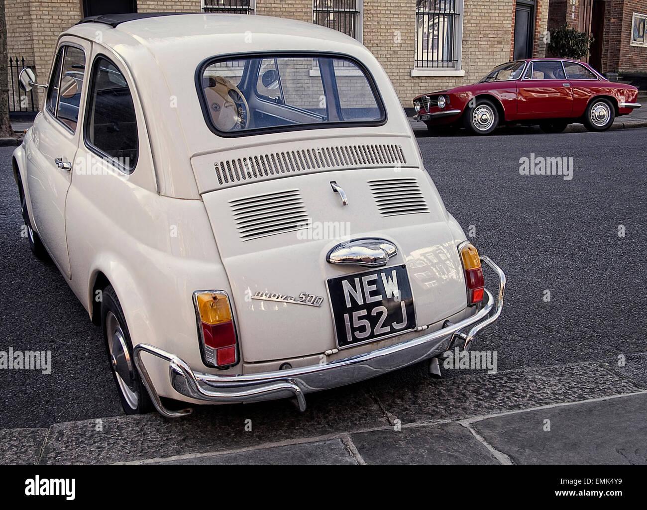 Anni sessanta Fiat 500 e Alfa Romeo Giulia Sprint parcheggiato sulla strada a Londra REGNO UNITO Immagini Stock