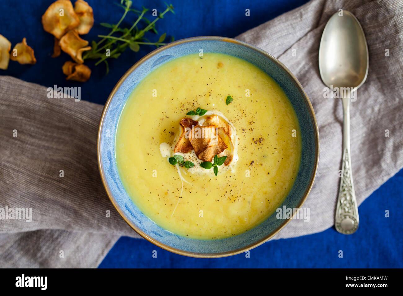 Pastinaca zuppa con pastinaca patatine Immagini Stock