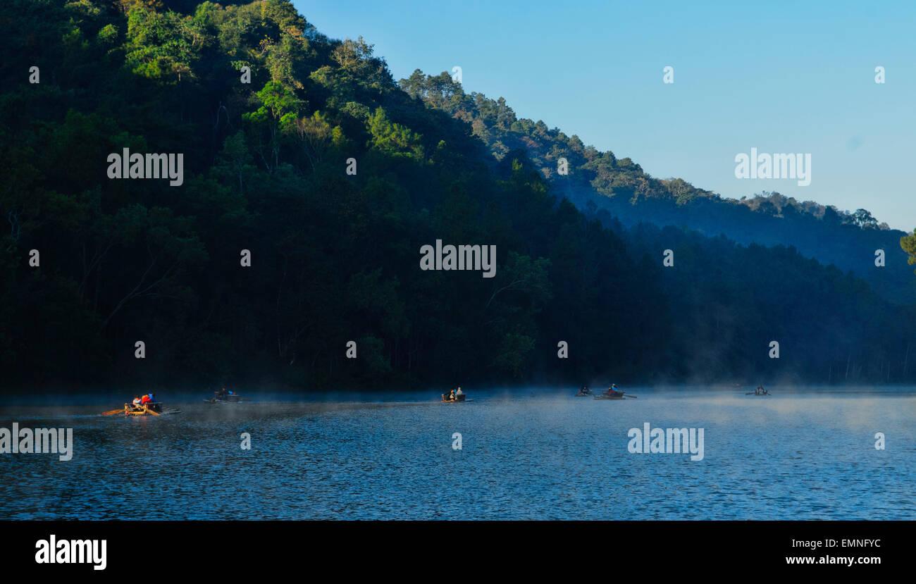 Rafting a Pang Oung lago presso la frontiera birmano, un progetto reservouir da Pang Tong Royal Progetto, Thailandia Immagini Stock