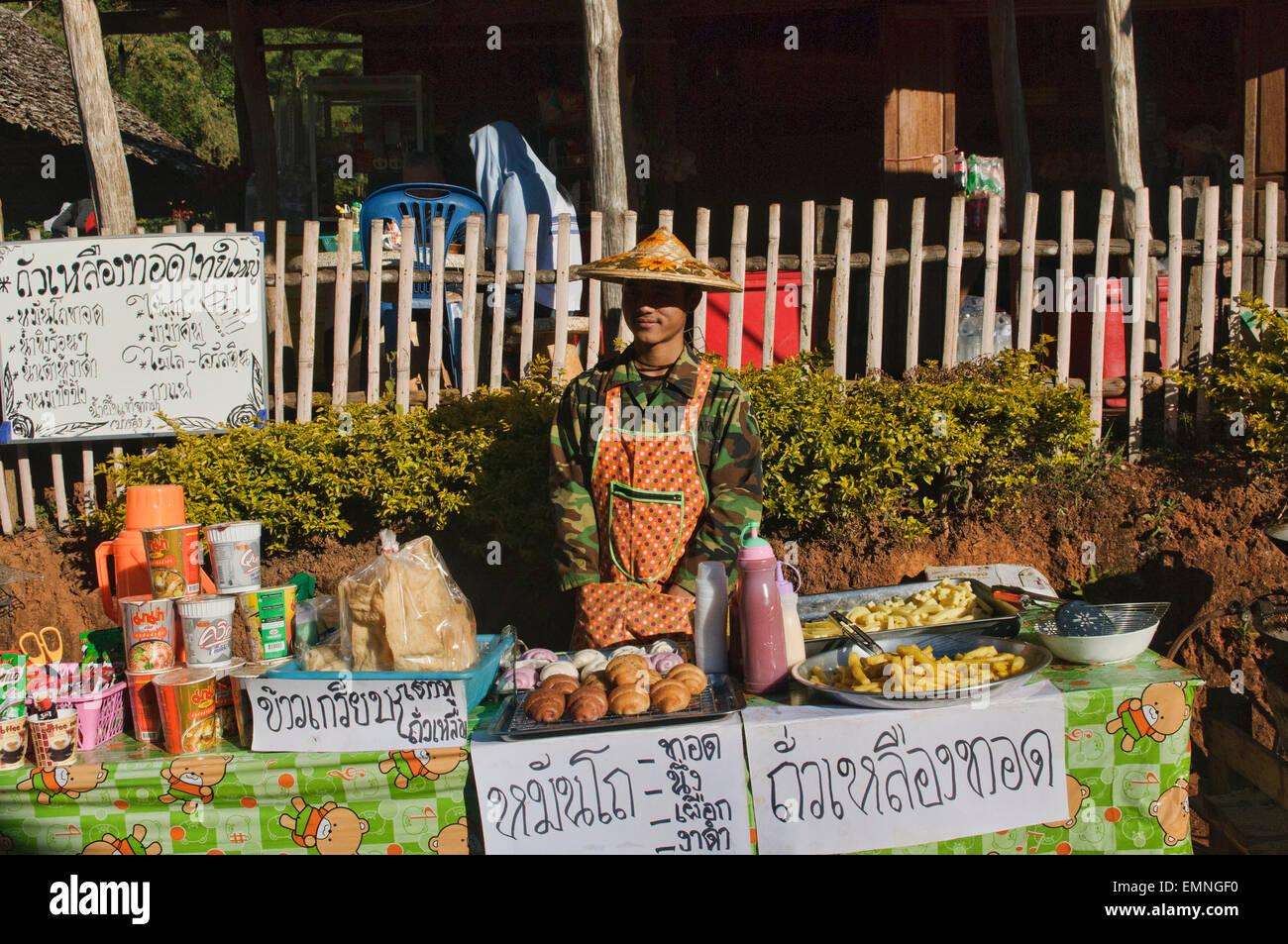 Venditore al Ruk villaggio thailandese in Pang Oung lago presso la frontiera birmano, Mae Hong Son, Thailandia Immagini Stock