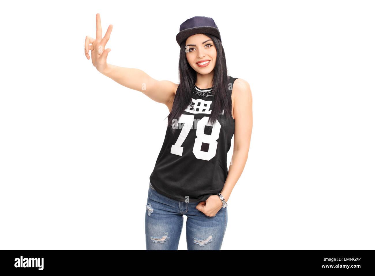 Bella giovane donna in un hip-hop vestito facendo un segno a mano e  guardando 0a4531c4ae8a