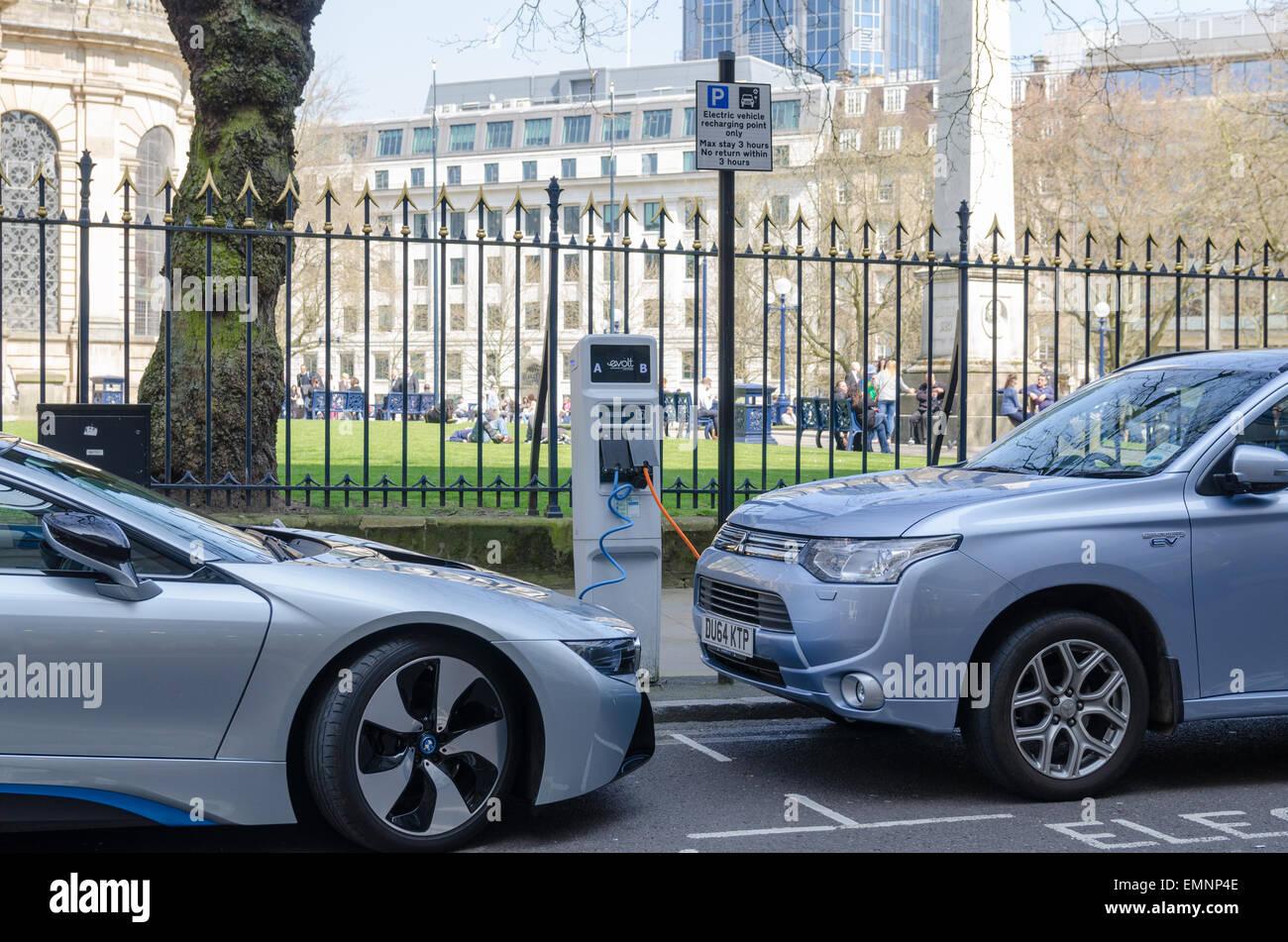 Le automobili elettriche di ricarica in Birmingham City Centre Immagini Stock