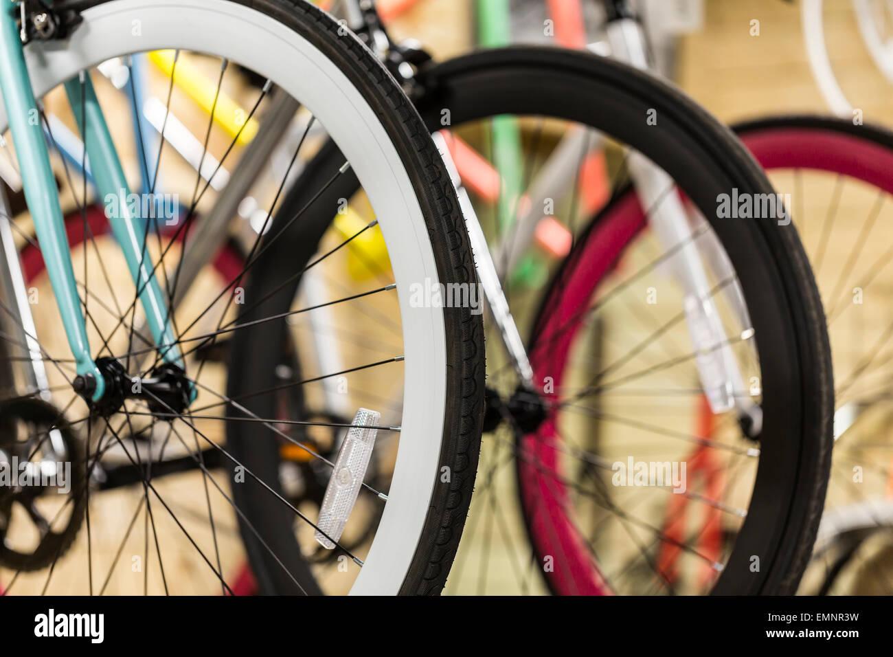 Le ruote di bicicletta in un negozio di biciclette, close up Immagini Stock