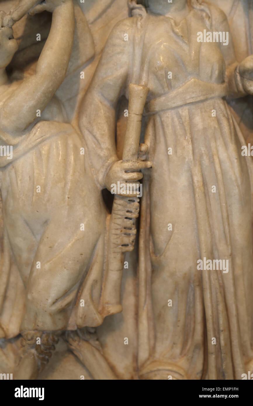 Sarcofago romano con il concorso tra le Muse e sirene. Periodo Severan. 3° C. d. Dettaglio strumento musicale. Immagini Stock