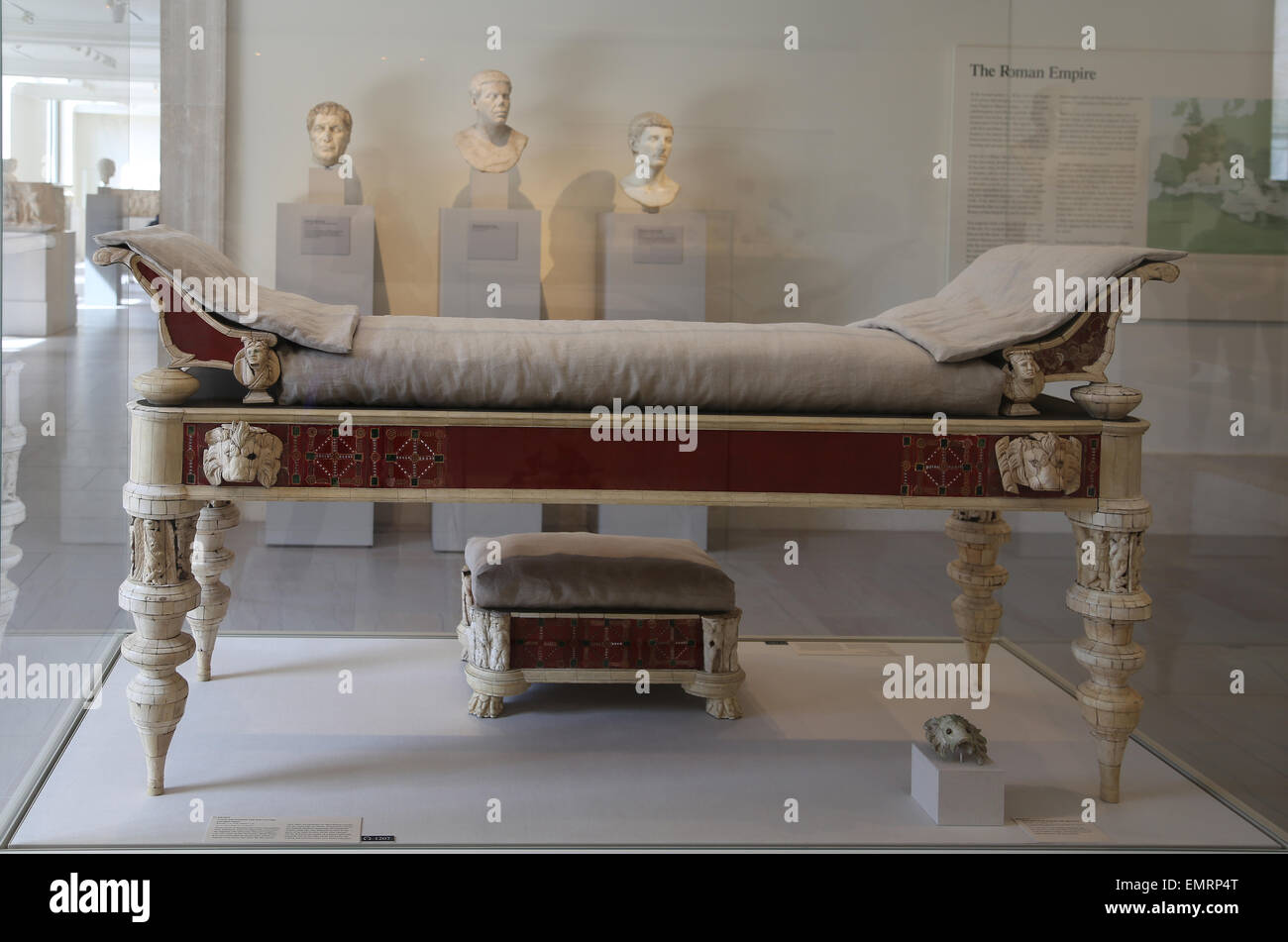 Mobilio romano. Il lettino e lo sgabello dei piedi di intaglio di ossa e intarsi di vetro. 2° C. Annuncio. Immagini Stock