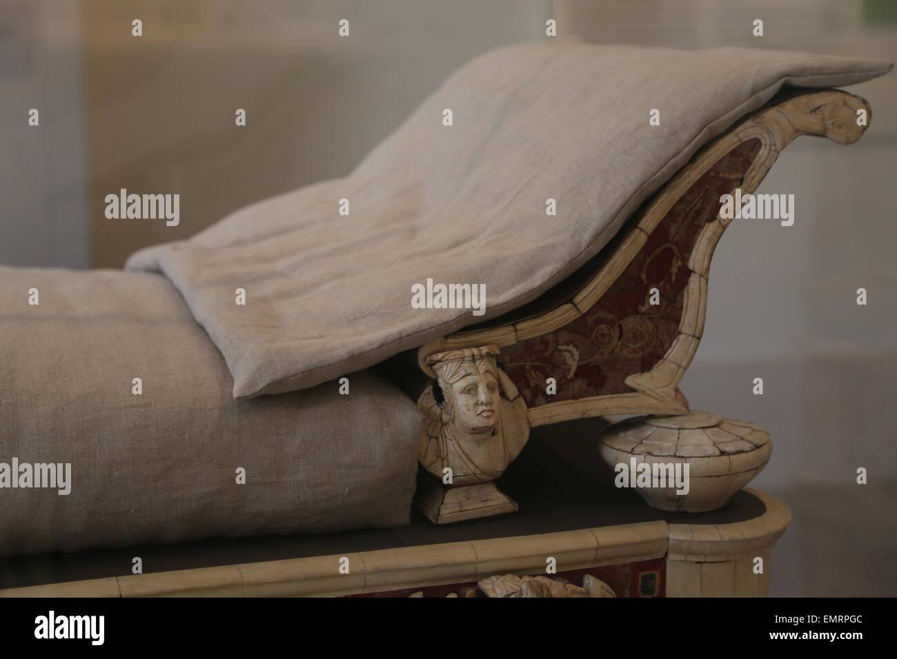 Mobilio romano. Il lettino e lo sgabello dei piedi di intaglio di ossa e intarsi di vetro. 2° c.annuncio. Da Immagini Stock