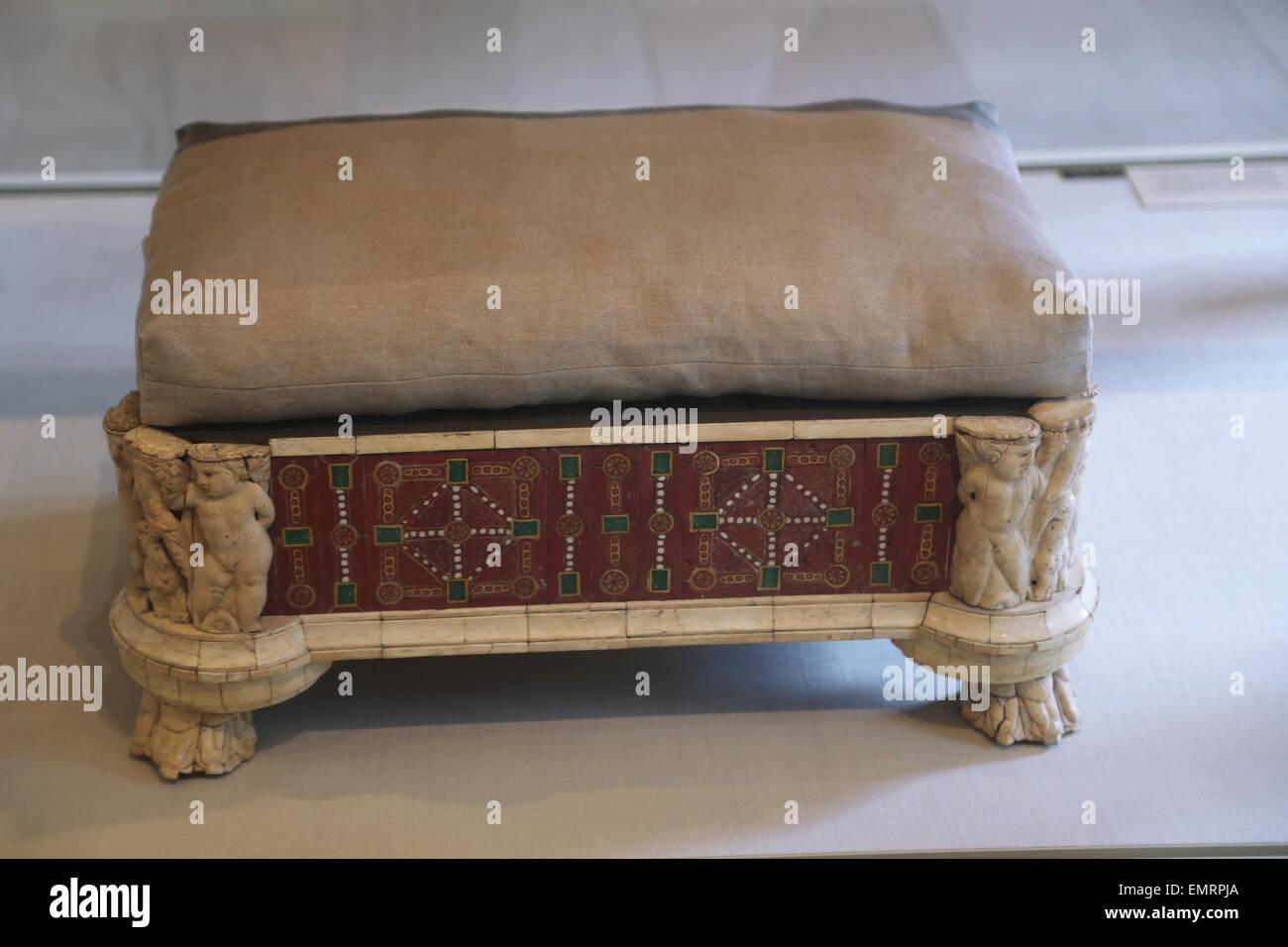 Mobilio romano. Il lettino e lo sgabello dei piedi di intaglio di ossa e intarsi di vetro. Ii secolo D.C. Da Roma. Immagini Stock