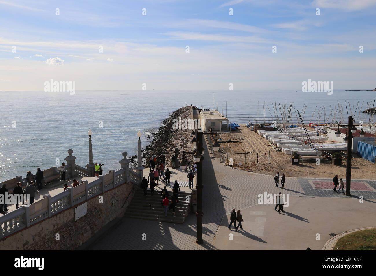 Spagna. La Catalogna. Sitges. Mare Mediterraneo. Struttura di frangionde. Immagini Stock