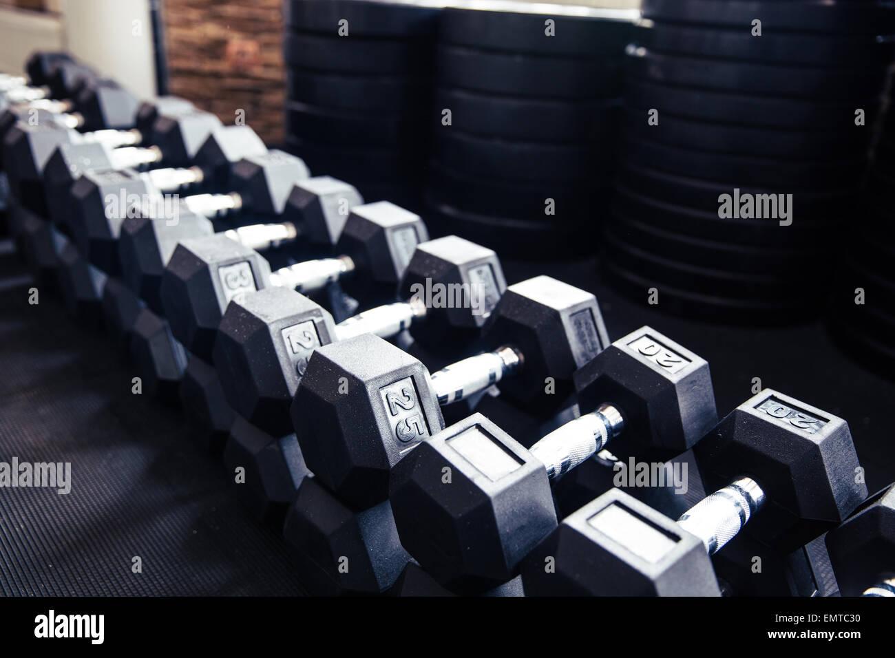 Primo piano immagine di un manubri in palestra per il fitness Immagini Stock