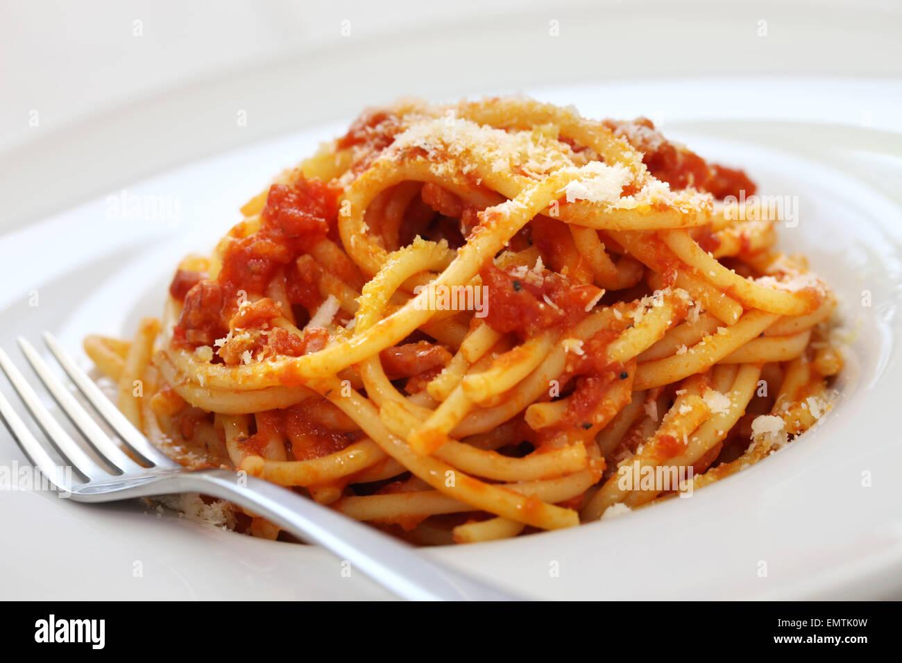 Bucatini alla amatriciana, italiano di sugo di pomodoro pasta Immagini Stock