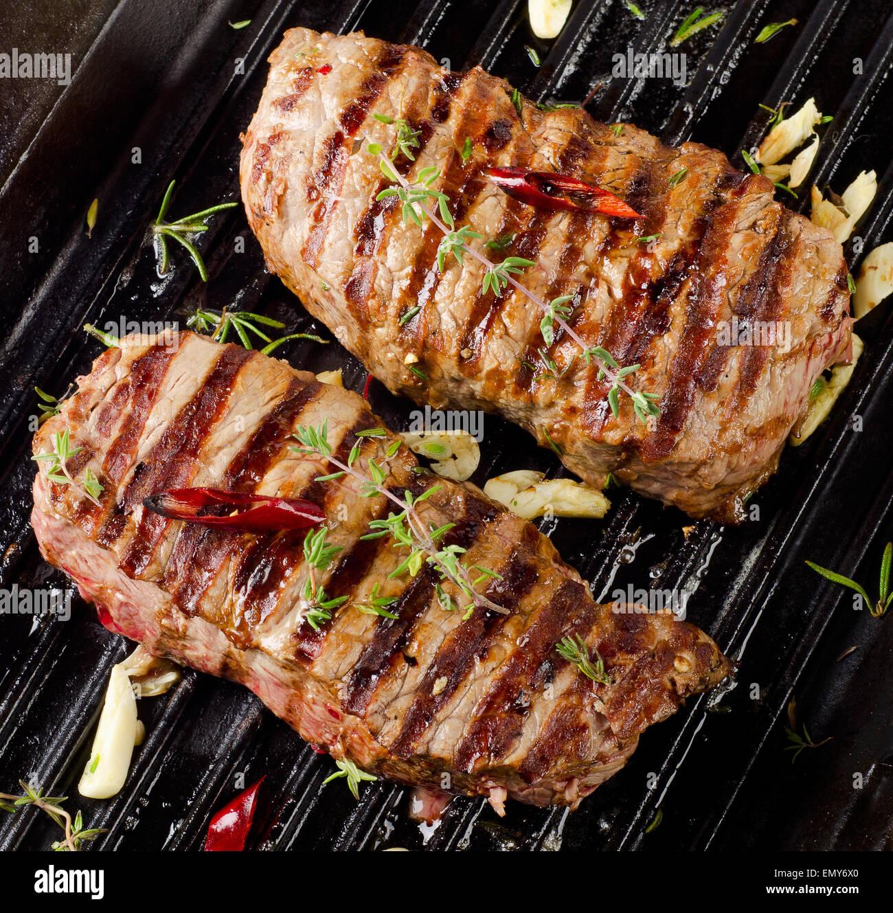 Grigliate di carne di manzo con erbe fresche . Messa a fuoco selettiva Immagini Stock