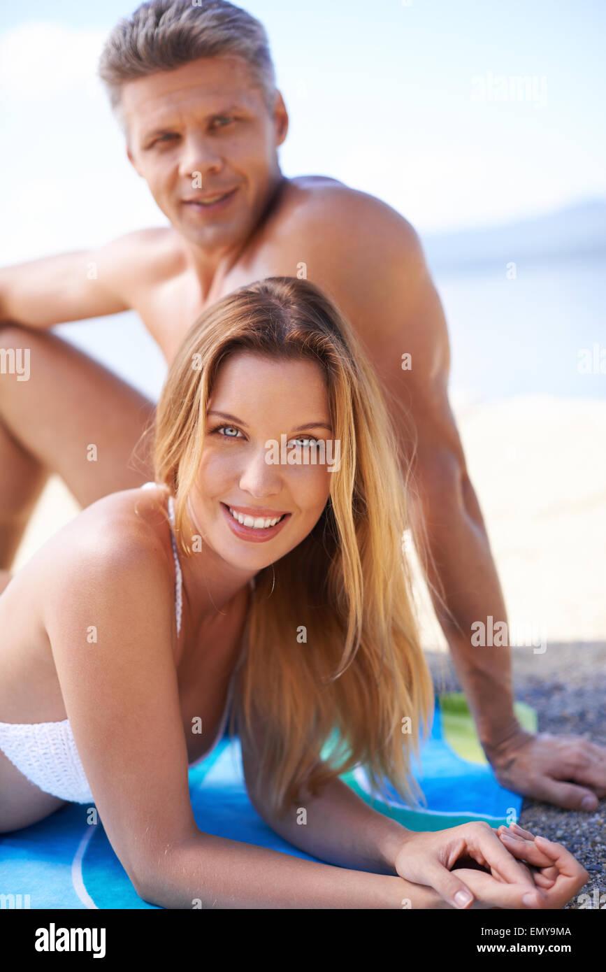 Felice coppia giovane a prendere il sole in estate resort Immagini Stock