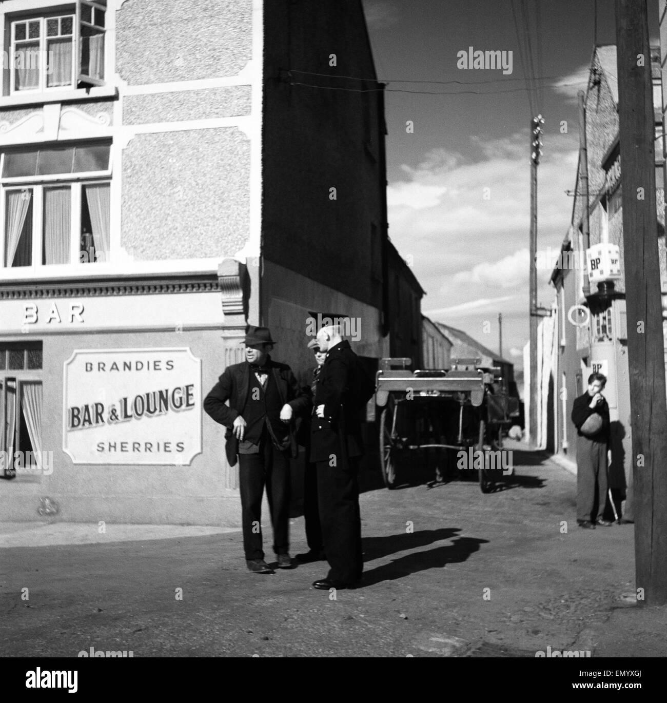 Scena al di fuori dei bar in Eire del 1950 circa. Immagini Stock