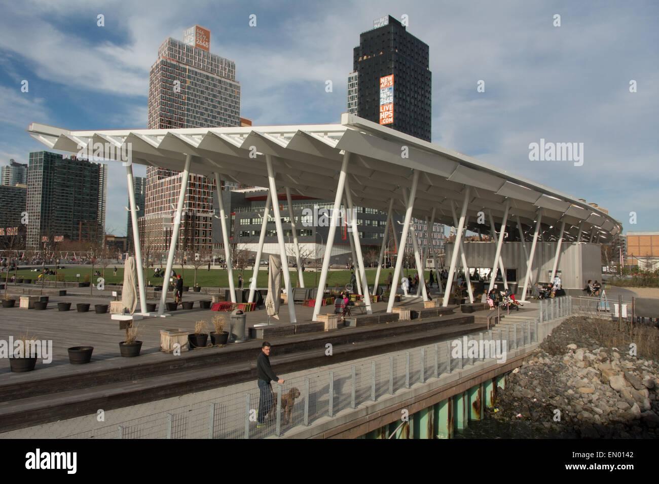 Cacciatori Ferry Dock e park nel Queens di fronte a Manhattan, New York Immagini Stock