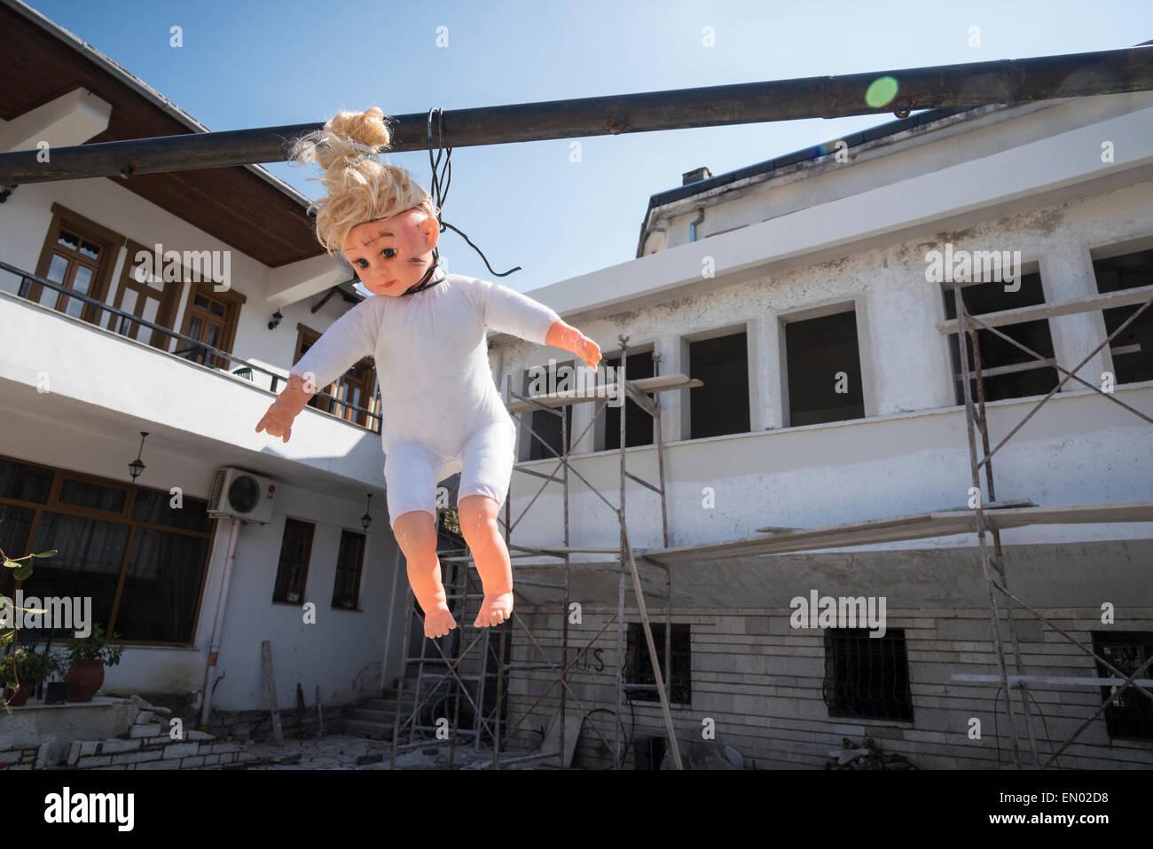 Un dordolec, in questo caso una bambola childs appeso al di fuori di un nuovo edificio per scongiurare il malocchio. Immagini Stock