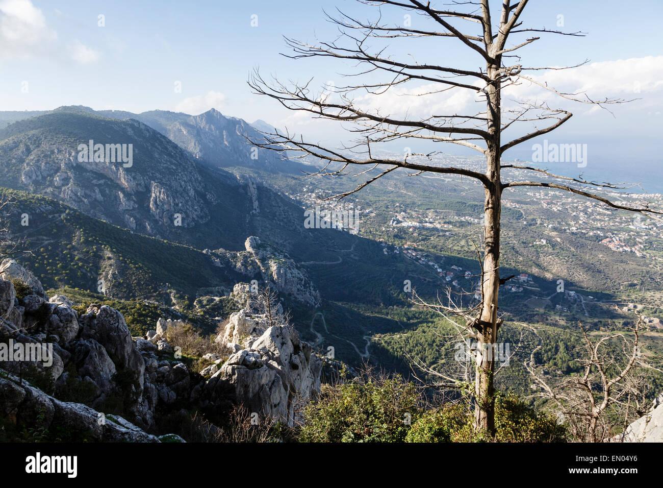 Il Kyrenia Mountain Range da St Hilarion Castello, vicino (Girne Kyrenia), la parte settentrionale di Cipro Immagini Stock