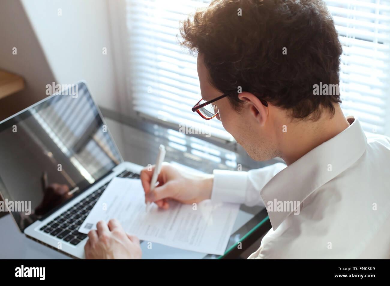 Imprenditore lavora con documenti in ufficio Immagini Stock