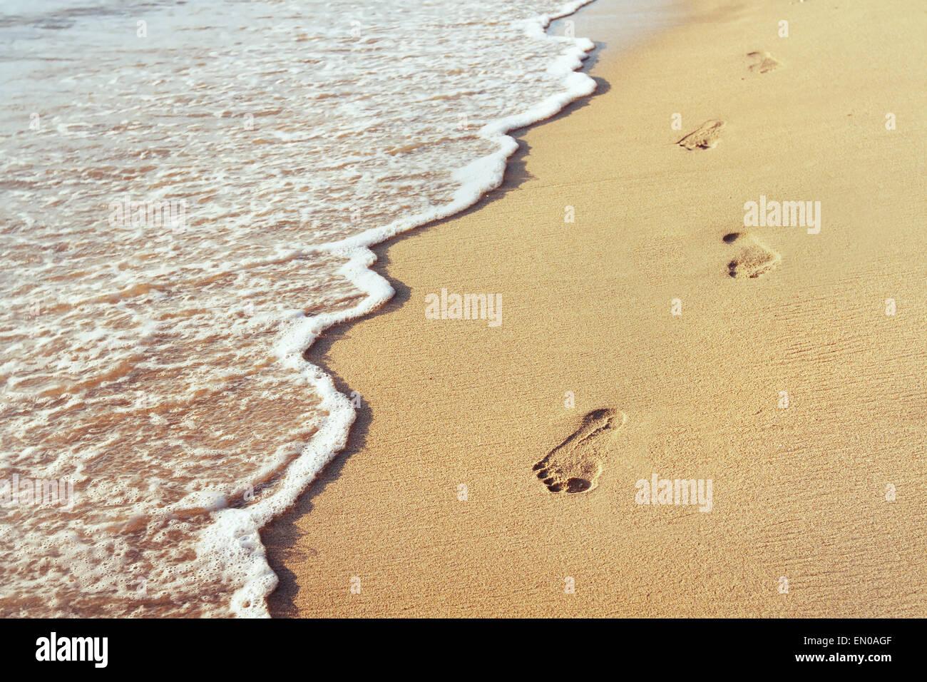Modo di vita nuova, il concetto di benessere, impronte nella sabbia Immagini Stock