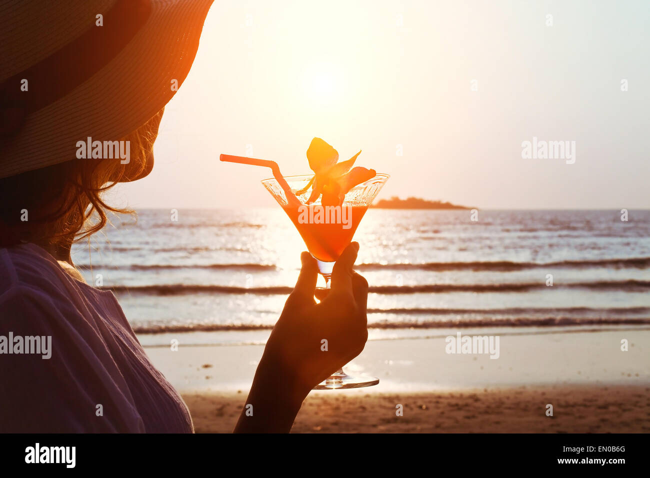 Donna con cocktail sulla spiaggia Immagini Stock