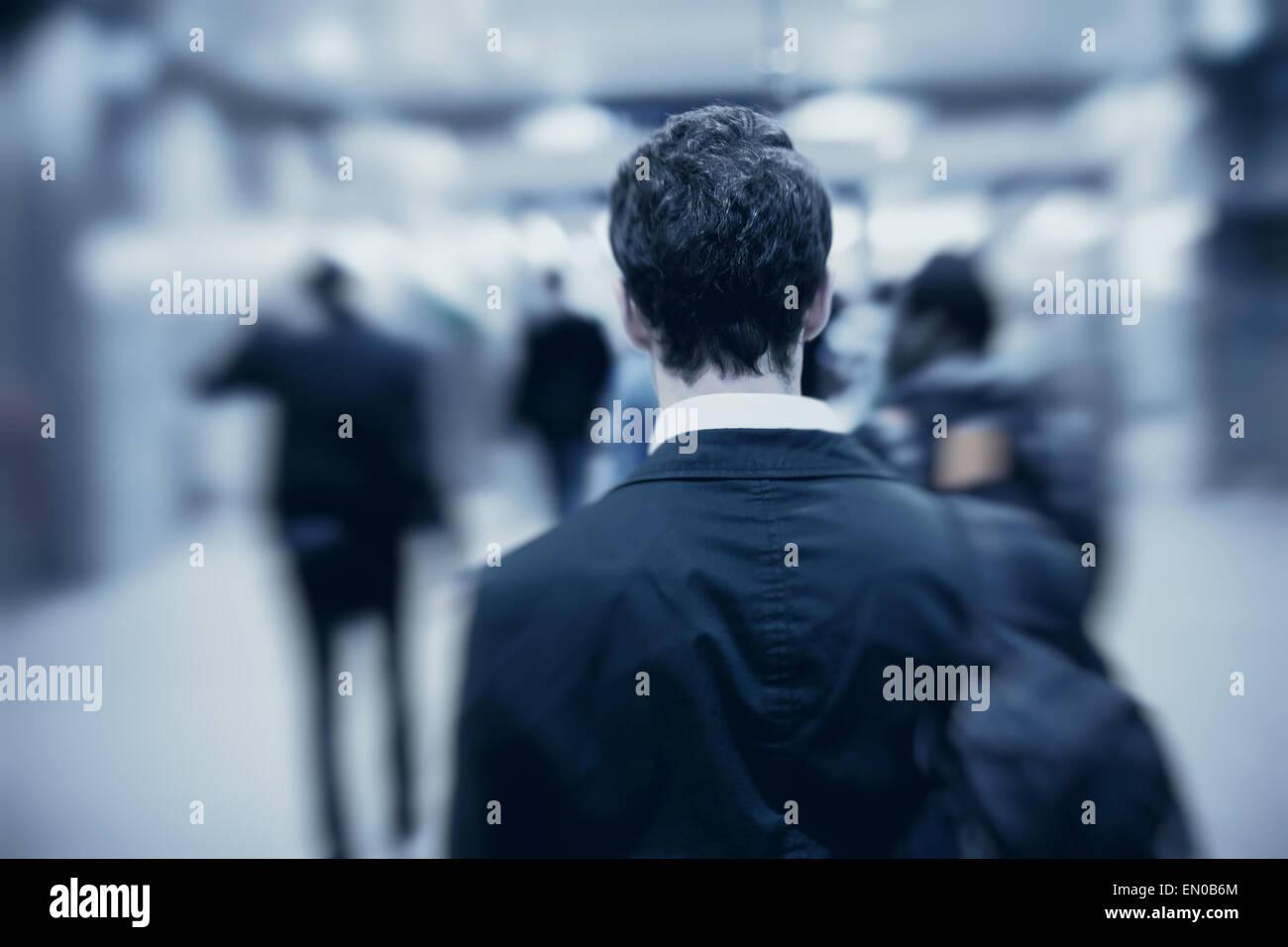 Persone che camminano in metro, offuscata motion, retro dell'uomo Immagini Stock