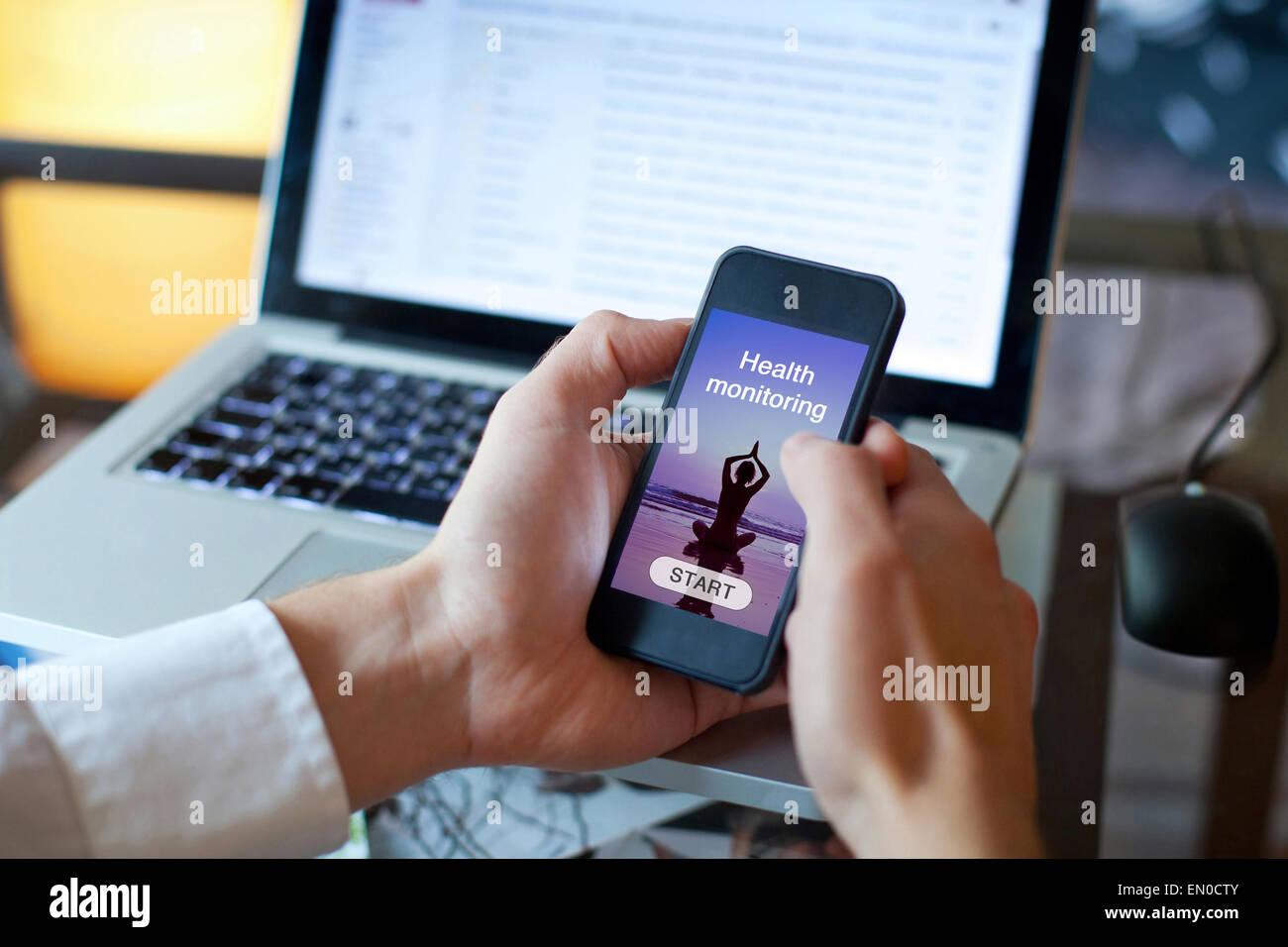 Utilizzando il monitoraggio sanitario applicazione sullo smartphone Immagini Stock