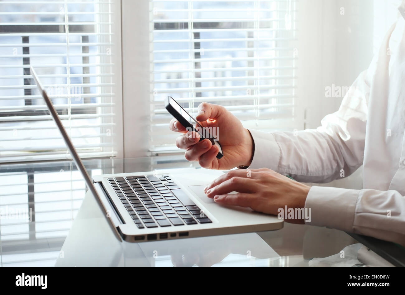 Business man utilizzando smart phone in ufficio Immagini Stock