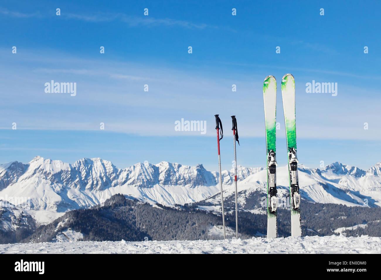 Sciare nelle Alpi, pronto per le vacanze invernali Immagini Stock