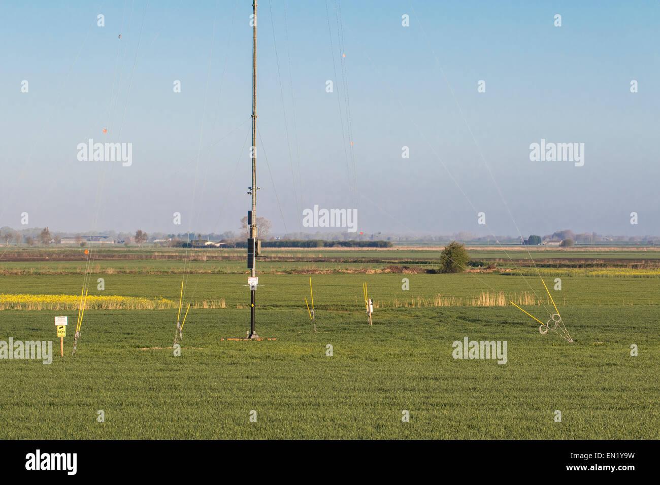 Vista della base di un anemometro montante, con deflettori, Cambridgeshire. Eretto in anticipo della costruzione Immagini Stock
