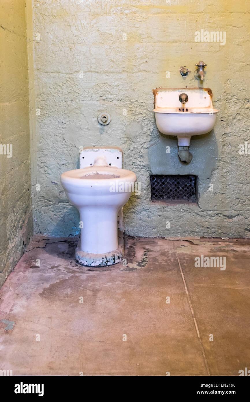 Vista dentro il penitenziario di Alcatraz cella di prigione che mostra minimo impianti Immagini Stock
