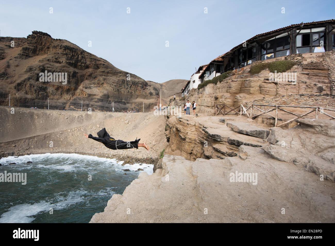 """Il """"salone monaco' tuffi dalla scogliera presso il famoso El Salto del Fraile ristorante di Chorrilos, Immagini Stock"""