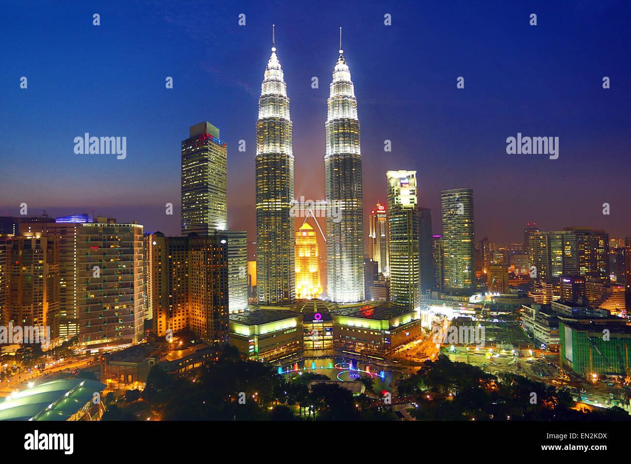 Petronas Twin Towers grattacieli al tramonto, KLCC, Kuala Lumpur, Malesia Immagini Stock