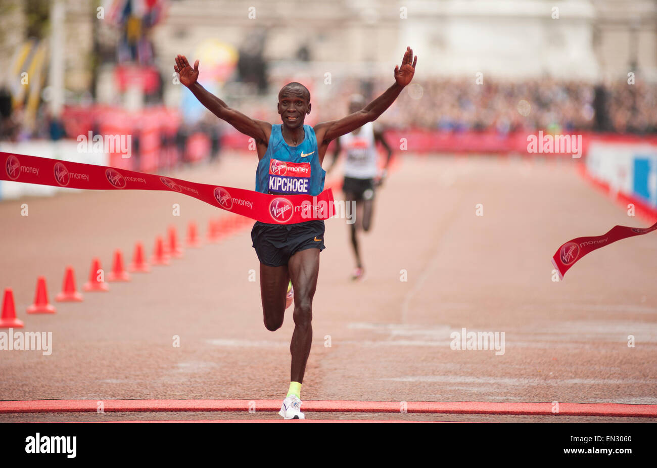 Eliud Kipchoge del Kenya vince il denaro VIRGIN LONDON MARATHON 2015 02:04:42 con Wilson Kipsang del Kenya secondo Immagini Stock