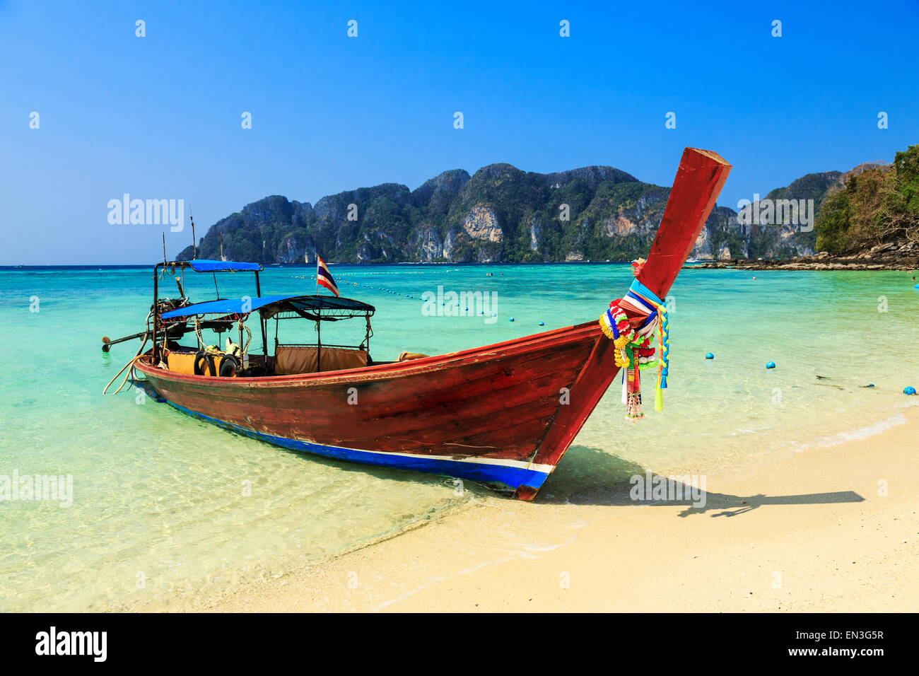 Barca dalla coda lunga in Koh Phi Phi Island, Krabi, Thailandia. Immagini Stock