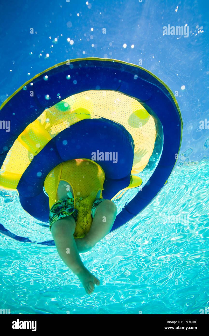 Bambino in una piscina Immagini Stock