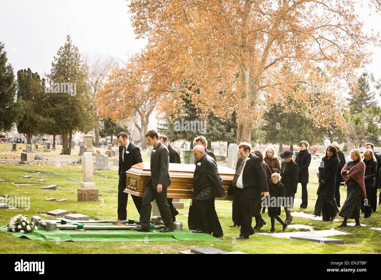 Indovina  da un'immagine il Film - Pagina 18 Le-persone-a-un-funerale-in-un-cimitero-en3tbp