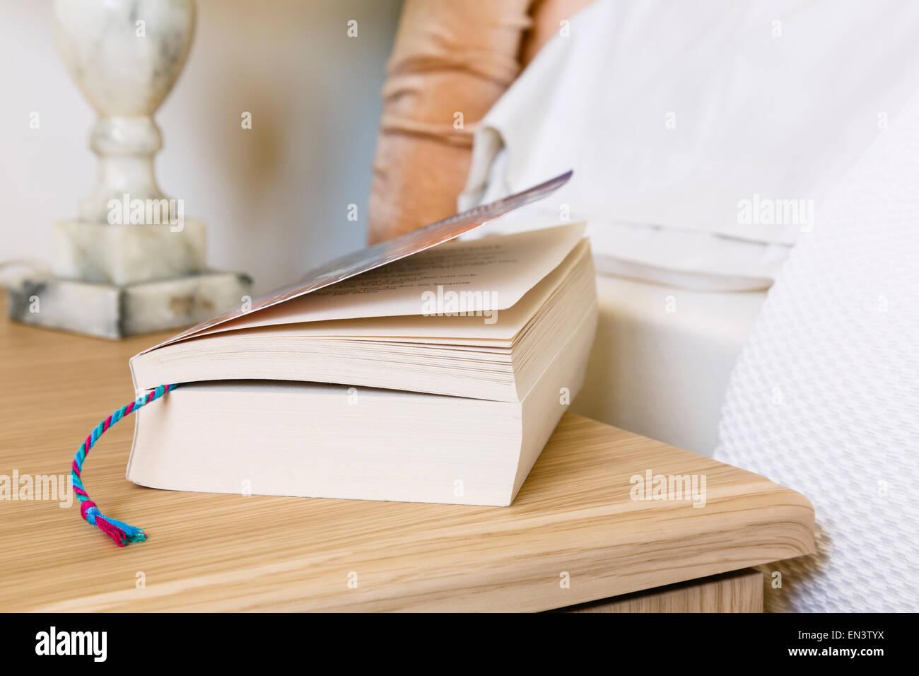 Scena quotidiana della chiusura di un libro tascabile la lettura con segnalibro contrassegno di una pagina su un Immagini Stock