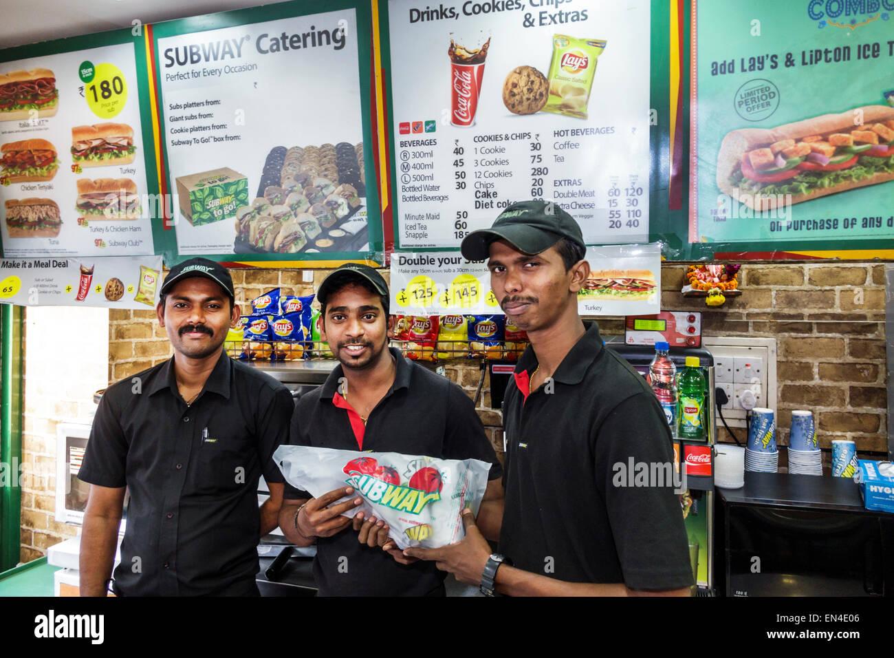 Mumbai India Asian Churchgate Jamshedji Tata Road Subway sandwich shop ristorante uomo dipendente uniforme dei colleghi Immagini Stock