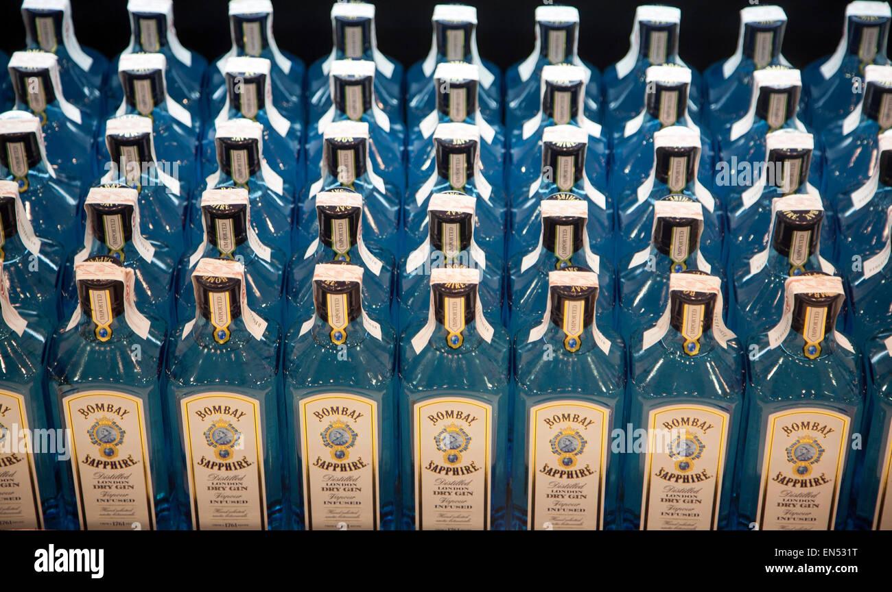 Close up di bottiglie di Bombay Sapphire gin nel Duty Free Shopping lounge in aeroporto di Malaga, Spagna Immagini Stock