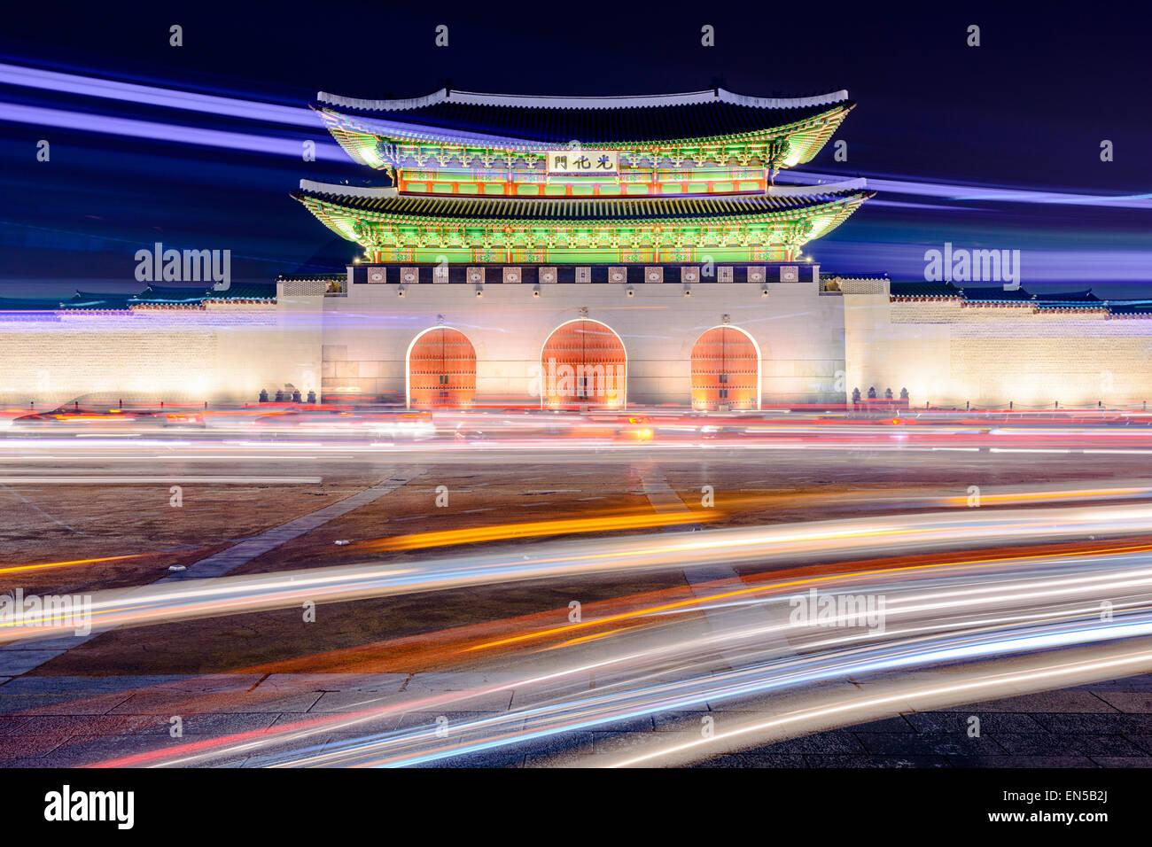 Gwanghwamun gate a Gyeongbokgung Palace a Seul, in Corea del Sud con percorsi di luce dal traffico in movimento. Immagini Stock