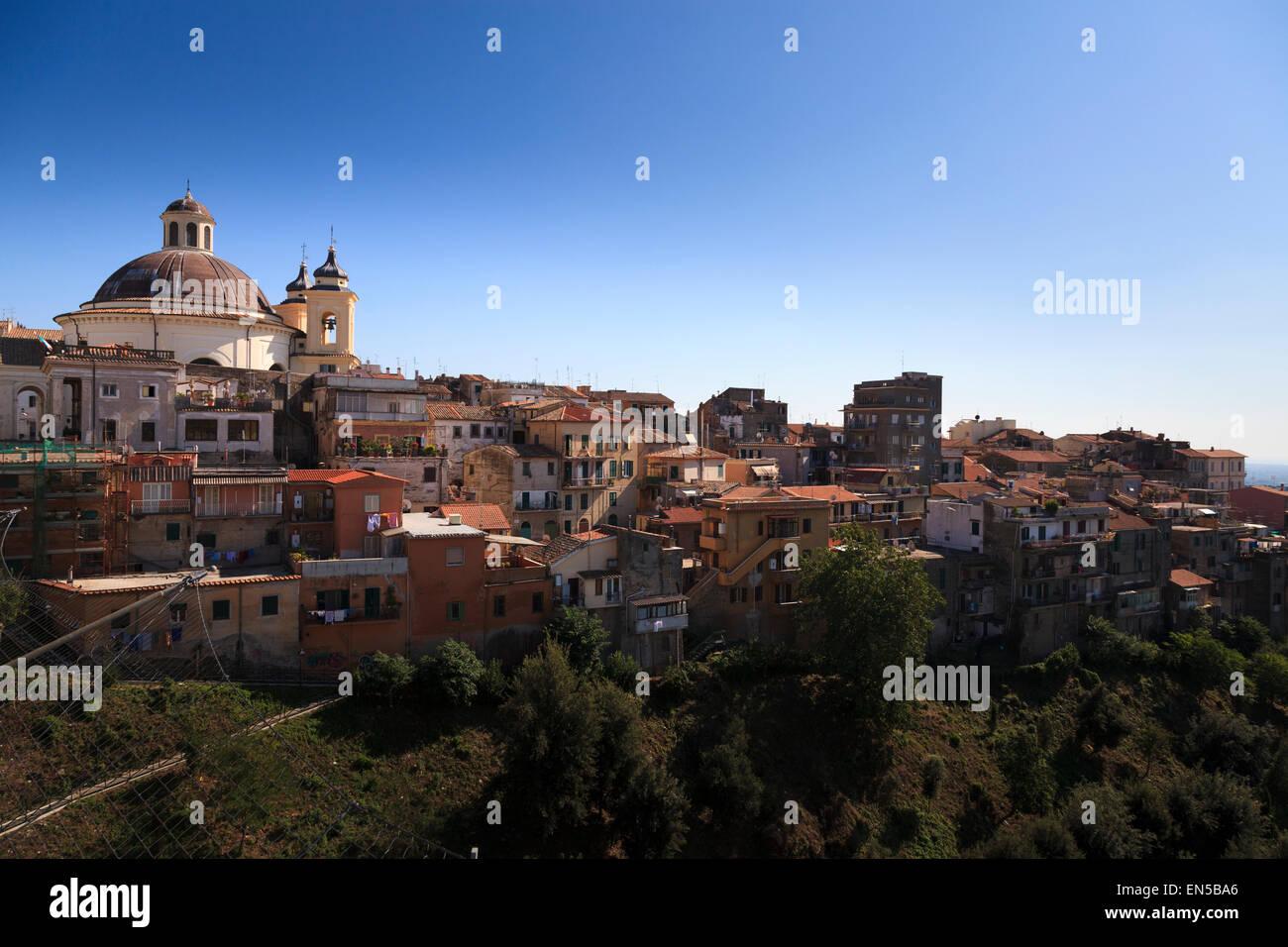 Il comune di Ariccia e Santa Maria Assunta in Cielo chorch cupola vista dal ponte Immagini Stock