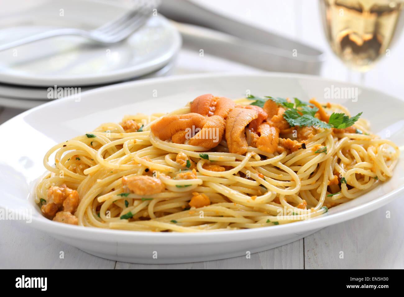 Pasta con ricci di mare roe, cucina italiana Immagini Stock