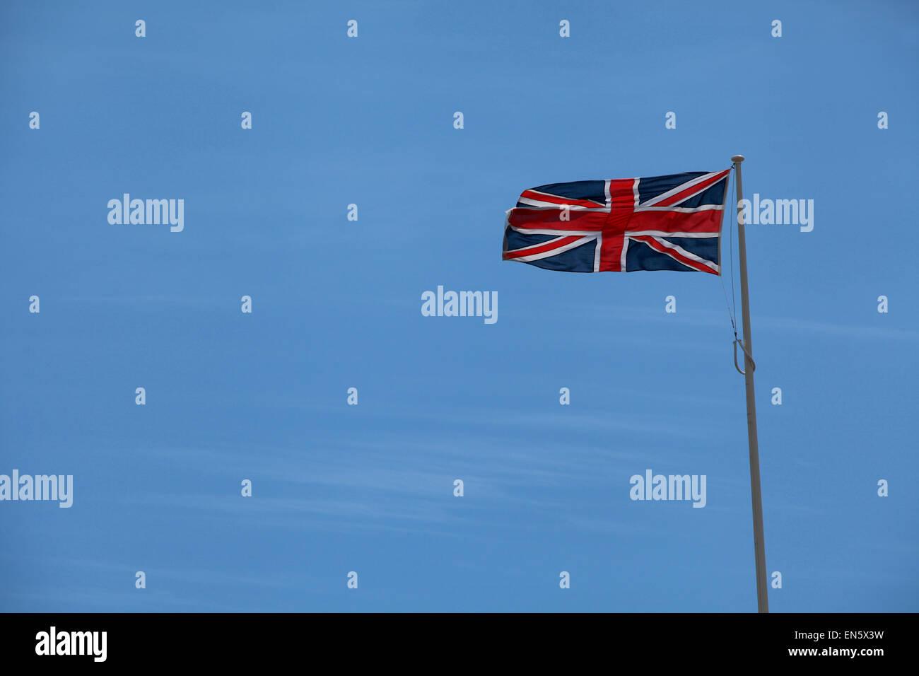 Unione battenti bandiera contro un cielo blu con spazio di copia Immagini Stock
