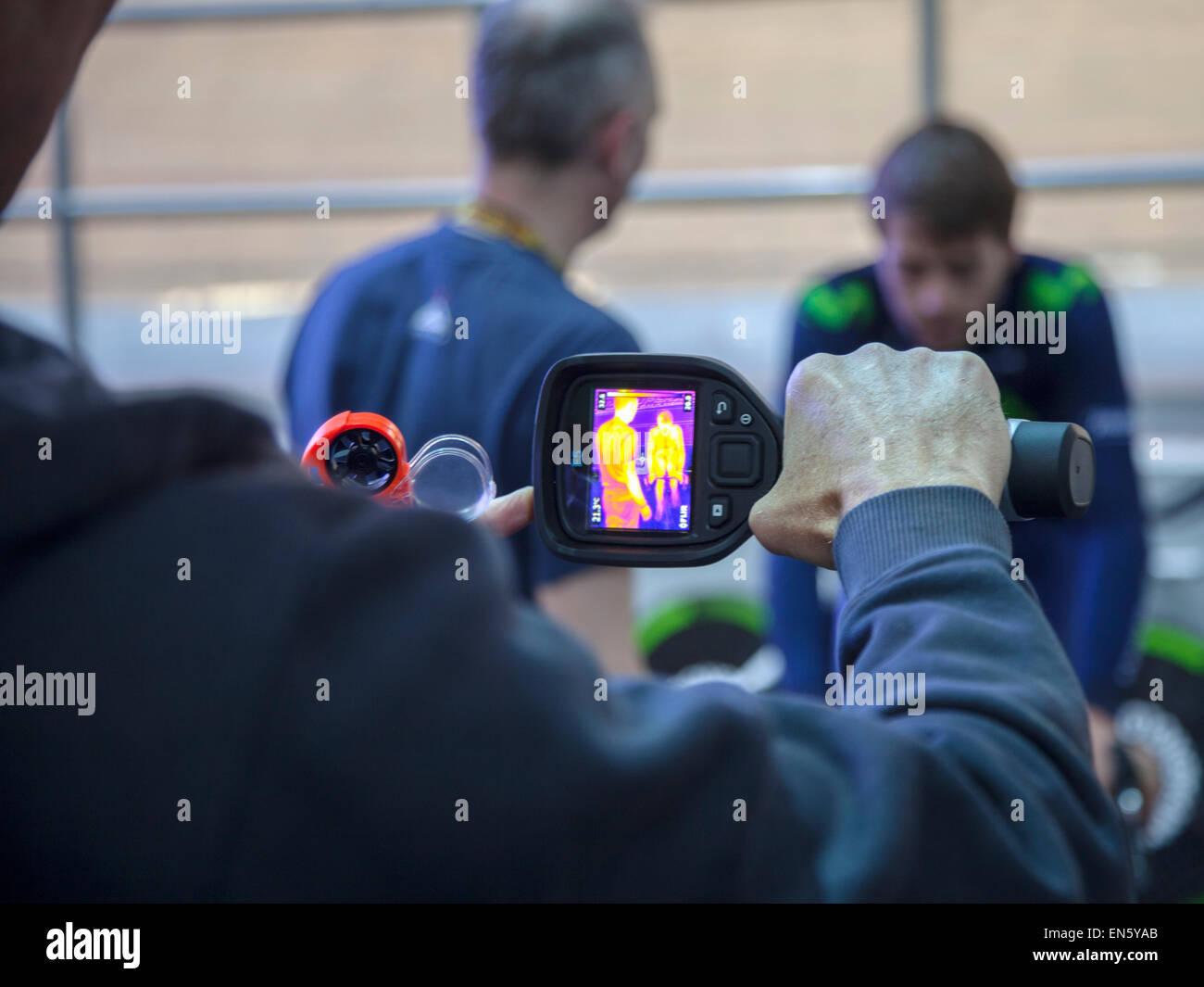 Manchester Velodrome, UK. 28 Aprile, 2015. Alex Dowsett Team Movistar effettuando test con infrarossi tecnica di Immagini Stock