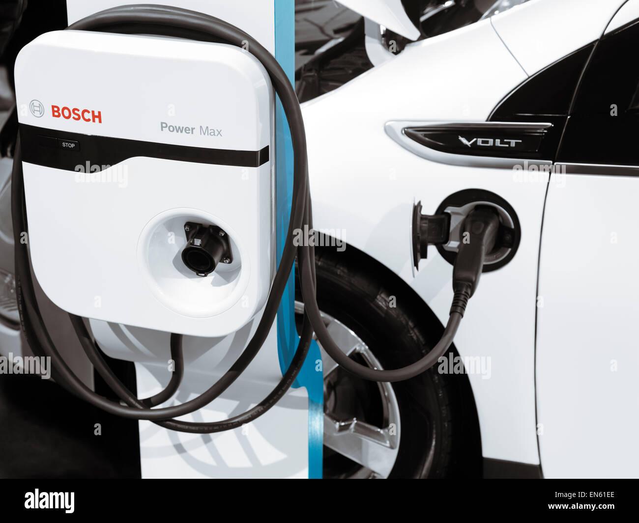 Chevrolet Volt hybrid auto elettrica collegata in una stazione di ricarica Immagini Stock
