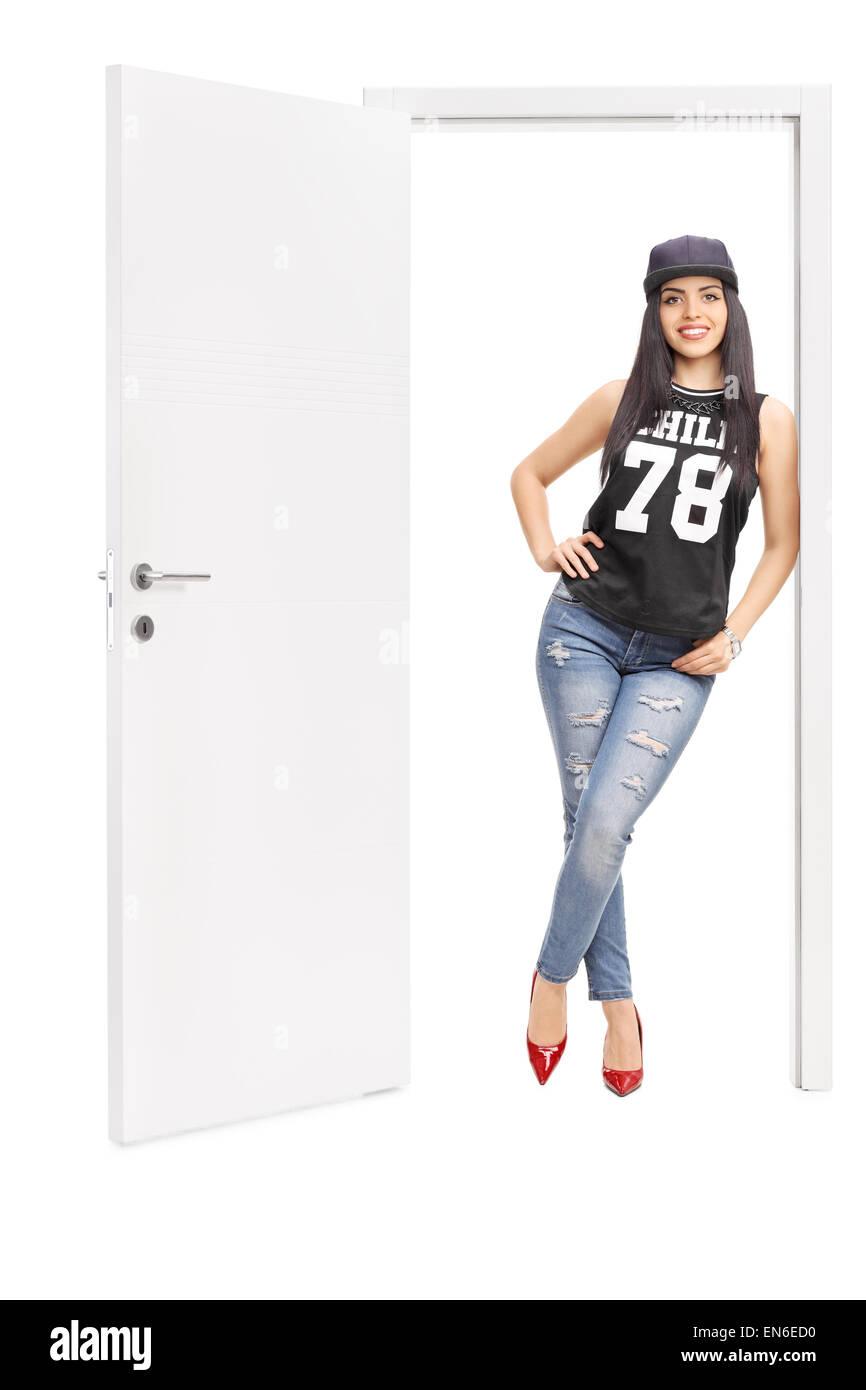 A piena lunghezza Ritratto di una giovane donna in hip hop vestiti in posa  da una a72d736e3735