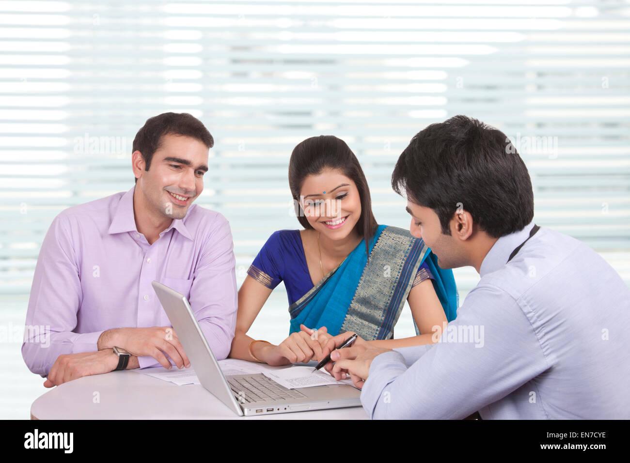 Giovane seduto con il consulente finanziario Immagini Stock