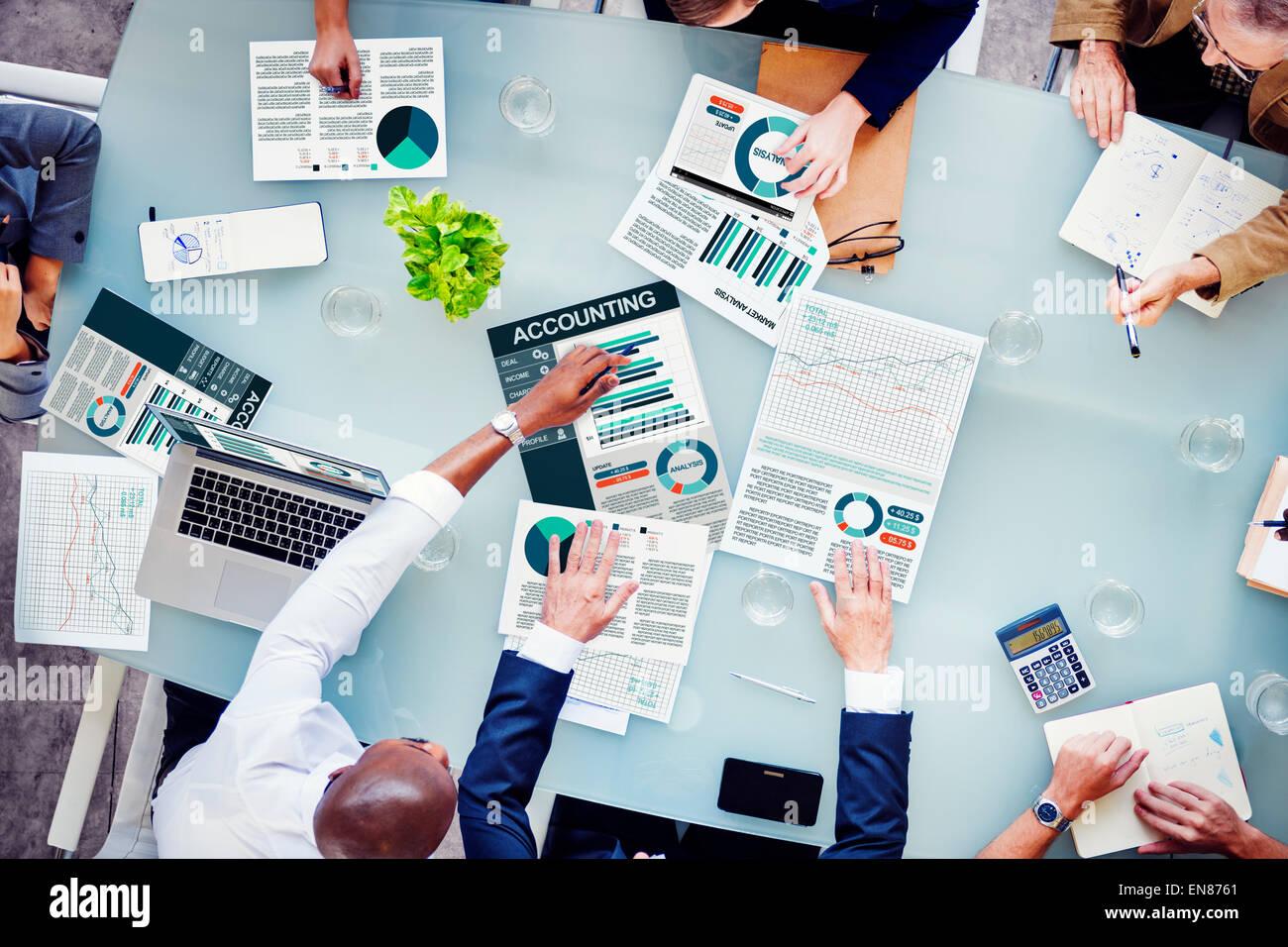 La gente di affari di rapporto sui centri di costo il concetto di analisi Immagini Stock