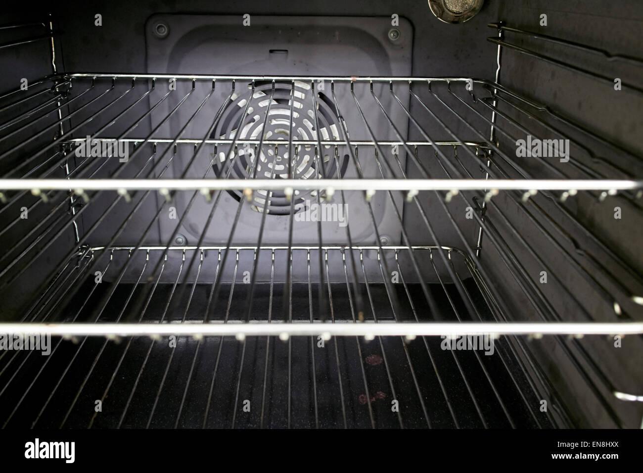 Interno di una cucina domestica con ventilatore forno a pulire la griglia in metallo ripiani Immagini Stock
