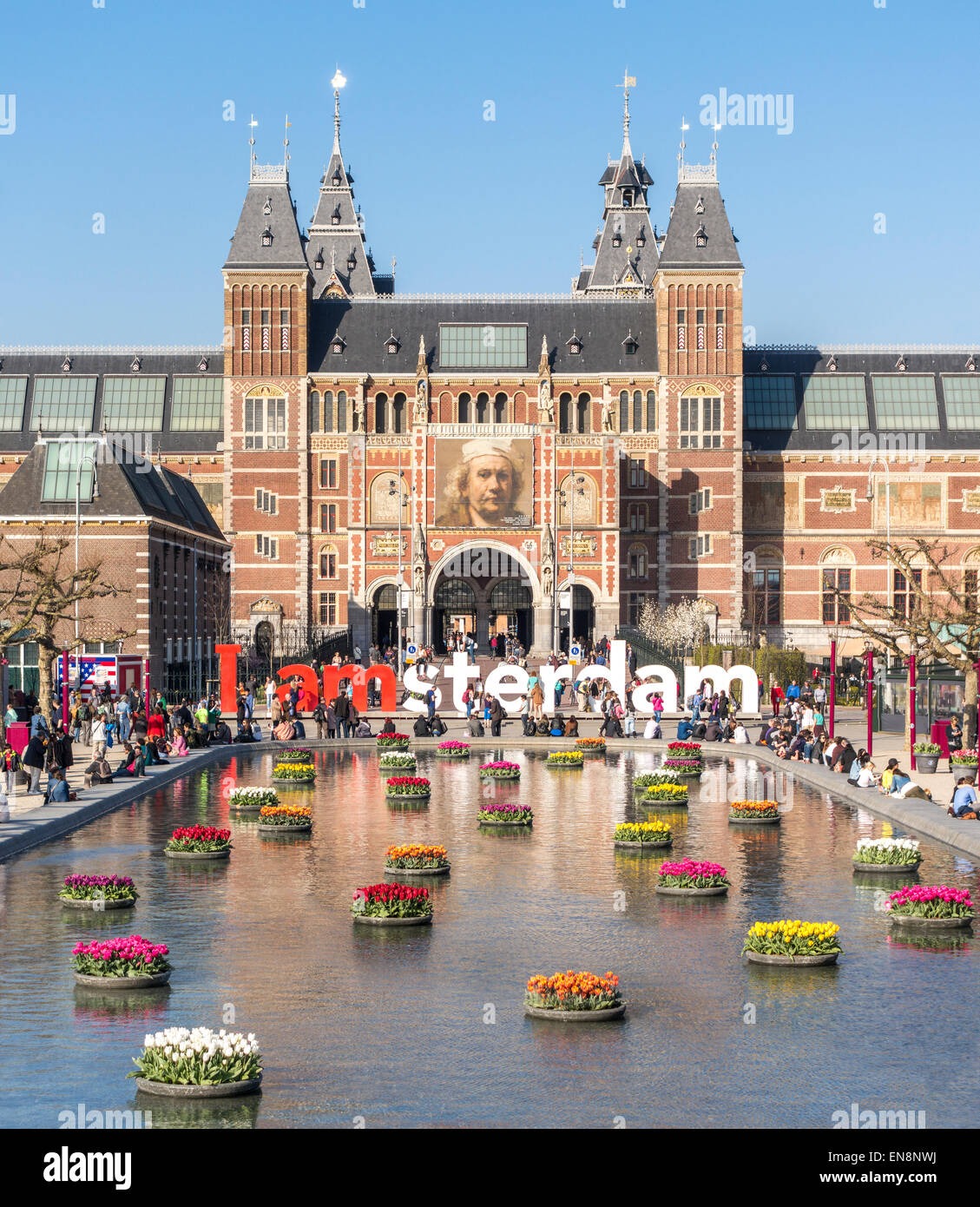 Rijksmuseum Amsterdam Rijksmuseum museo nazionale con i segni di Amsterdam IAmsterdam e tulipani in stagno riflettente. Immagini Stock