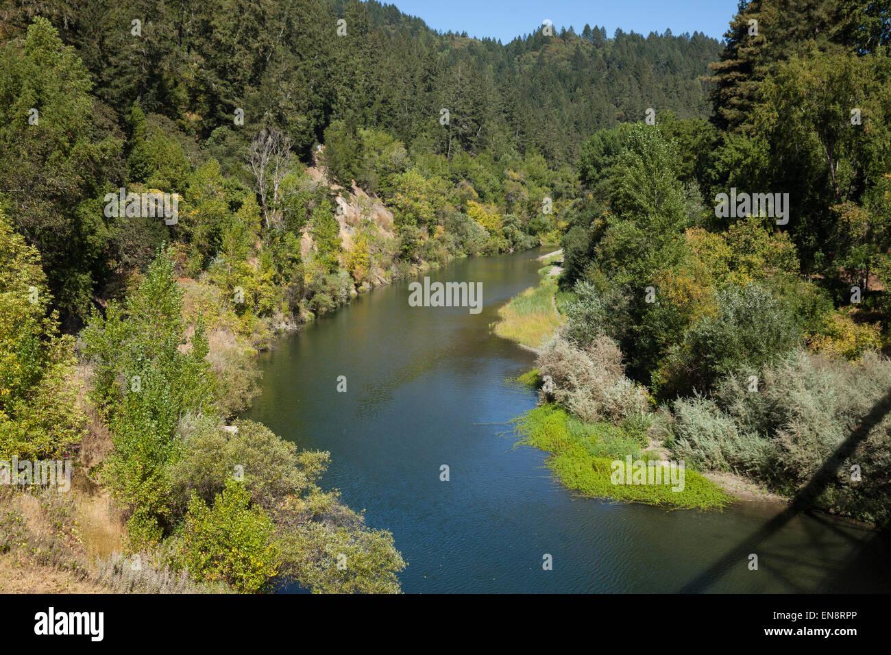 Il fiume russo visto da un ponte vicino Guernville nella California del Nord. Immagini Stock